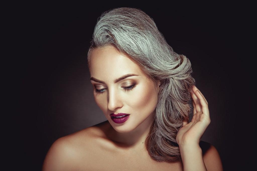Skąd się biorą siwe włosy